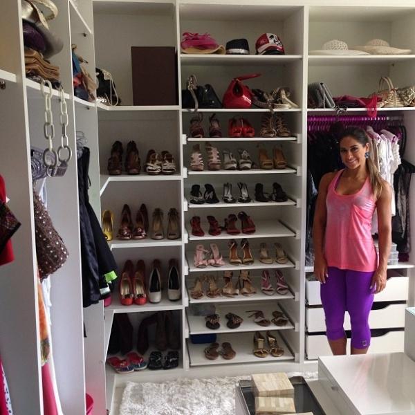 Ex-BBB Mayra Cardi abre o closet e revela sua coleção de sapatos