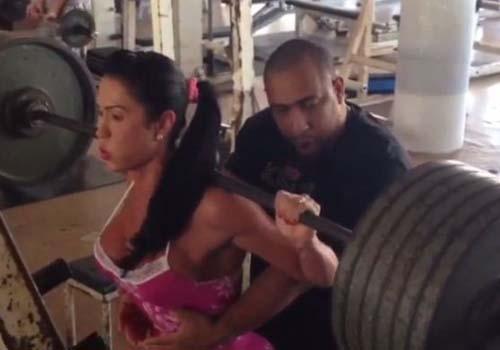 Gracyanne Barbosa, mulher do cantor Belo, pega pesado na musculação