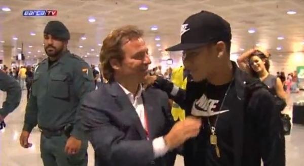 Bruna Marquezine desembarca com Neymar em aeroporto de Barcelona