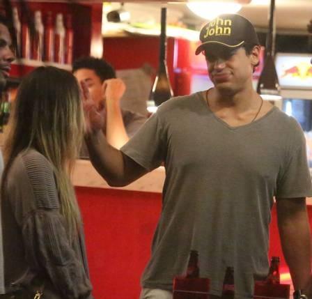 Ex-BBB Anamara e ator da Globo são vistos em clima de romance