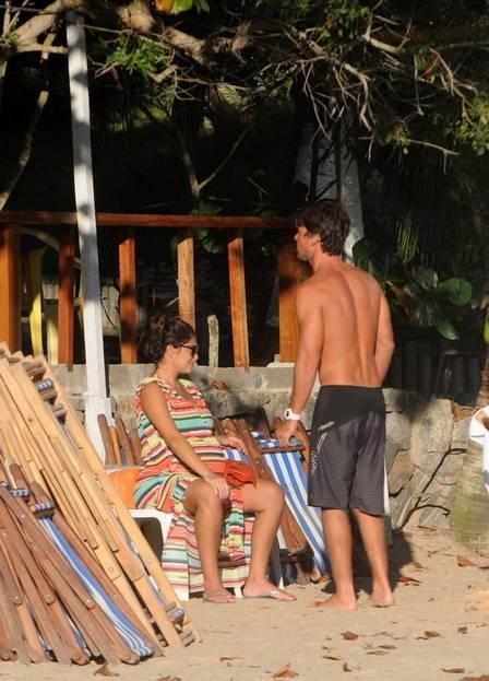 Juliana Paes exibe barrigão de 8 meses de biquíni em Búzios