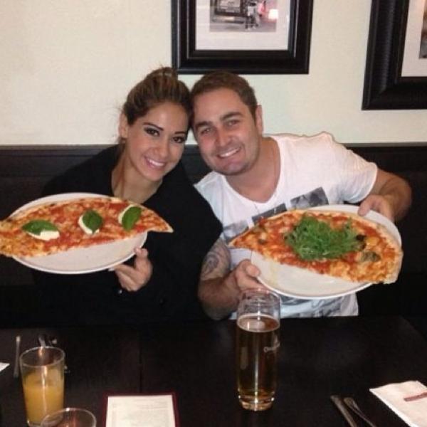 Na Áustria, Mayra Cardi e o marido comem pedaço enorme de pizza