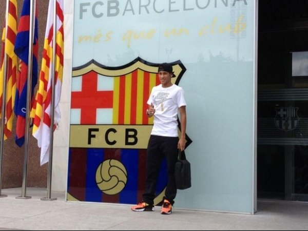 Neymar posta 1ª foto ao lado do brasão do Barcelona