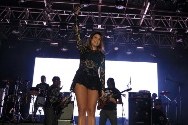 Alinne Rosa escolhe vestido de renda supercurto para show