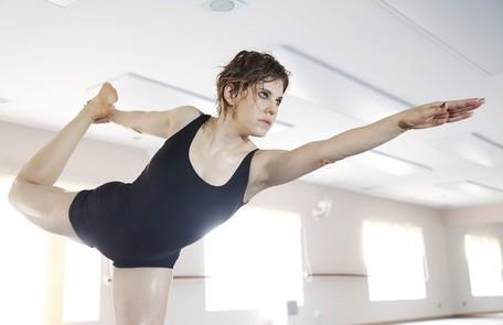 Bárbara Paz faz ioga a 42 graus e perde quase 1kg por aula