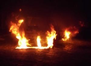 Carro é consumido pelo fogo no Centro Histórico de Oeiras