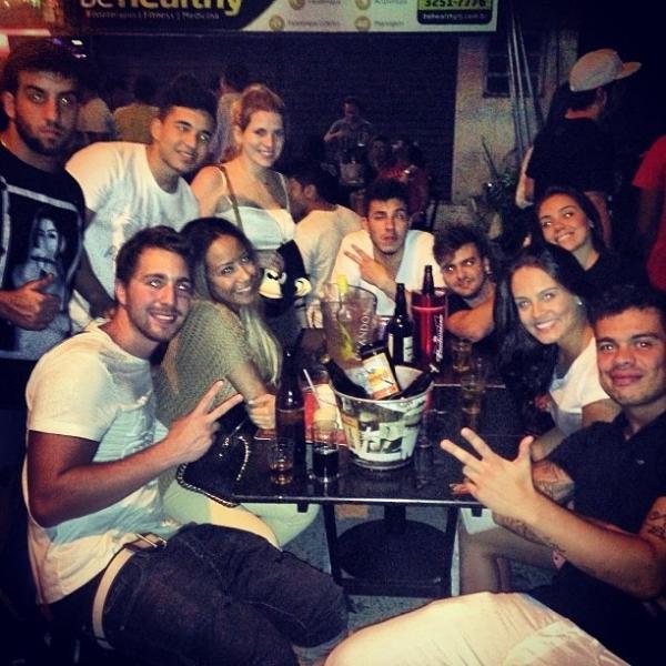 Depois de noite de celebridade, irmã de Neymar só quer saber dos amigos