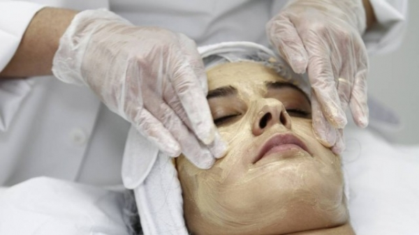Máscaras faciais ajudam a eliminar manchas no rosto e a suavizar linhas de expressão