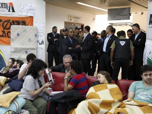 Ocupação na Câmara de BH entra no 2º dia; manifestantes levam fogão e piano