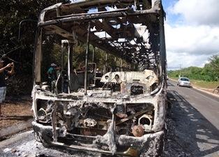 Peritos fazem analises técnicos e colhem imagens de ônibus incendiados na PI-113