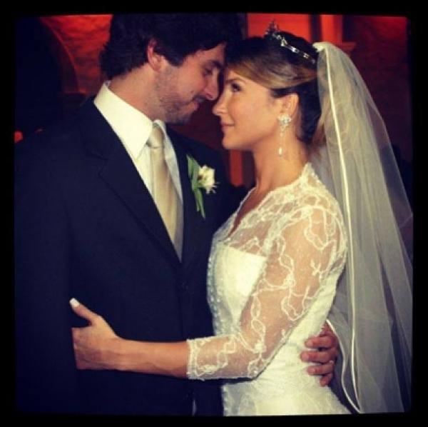 Cláudia Leitte relembra casamento e se declara para o marido na internet
