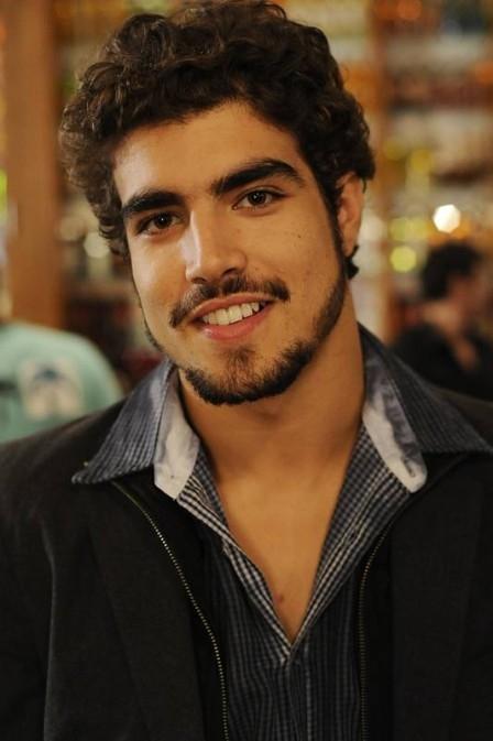 Caio Castro se desespera ao ver paparazzo depois de encontrar Mc Anitta