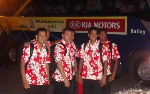 1ª seleção a chegar para Confederações,  Taiti desembarca com camisas floridas