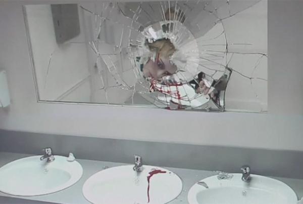 Campanha chocante simula batida de carro em espelho de banheiro