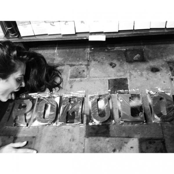 Cleo Pires lambe nome do namorado no chão: