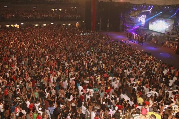 Show de Anitta em casa noturna causa confusão, tumulto e engarrafamento e deixa 3 mil de fora