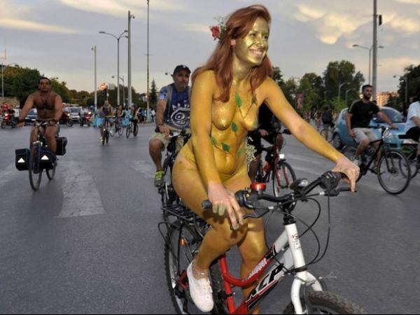 Ciclistas nus participam na Europa da ?World Naked Bike Ride