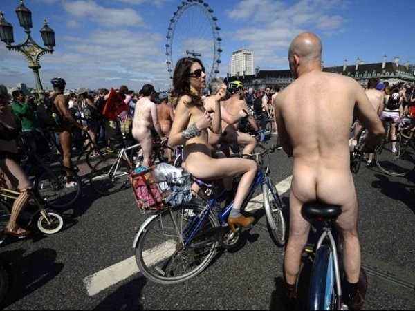 Ciclistas nus participam na Europa da ?World Naked Bike Ride