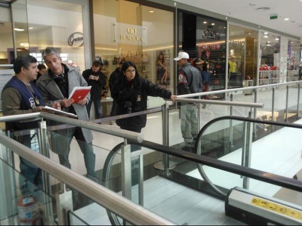 Escada rolante de shopping passa por perícia após morte de menina de 3 anos