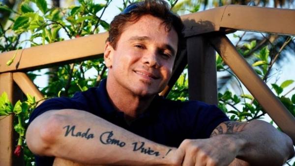 Pedro Leonardo visita Netinho na UTI e canta