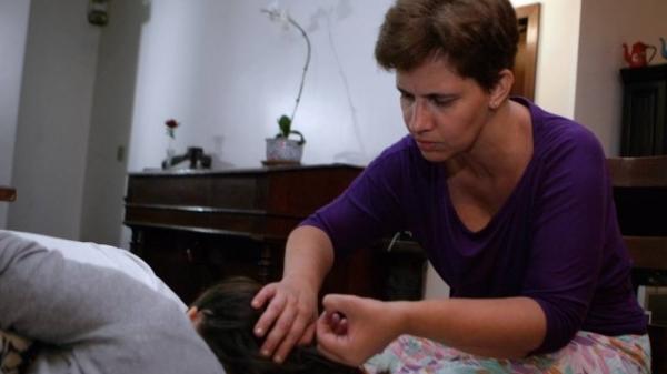 Catadora de piolhos  ganha R$ 70 por hora e  atende na casa do cliente