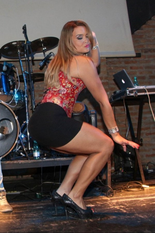 Com corselet apertado, Geisy Arruda quase mostra demais em show
