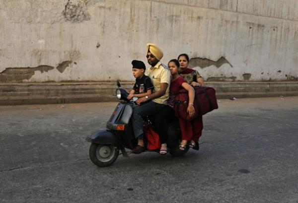 Indiano leva mulher, dois filhos e mala em scooter