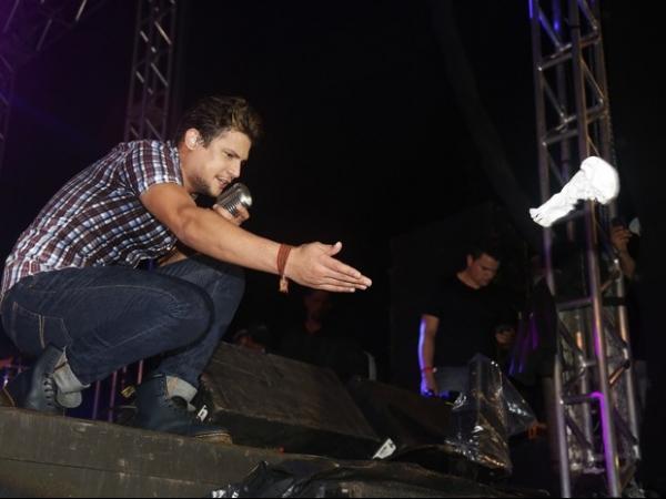 Nada de ursinhos e cartas! Fãs atiram peças íntimas em show de Israel Novaes no Vila Mix