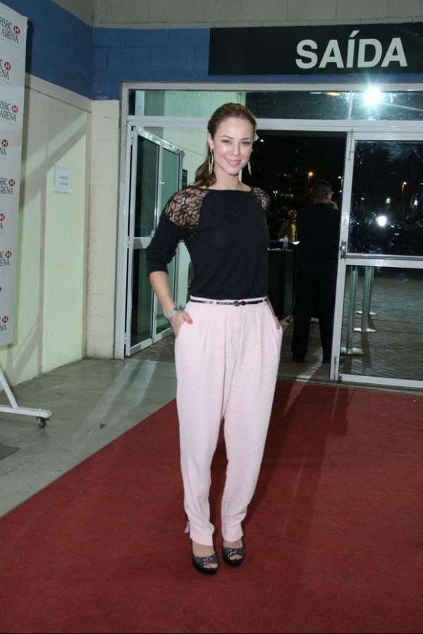 Paula Fernandes atrai famosos e abusa de roupa sensual em show