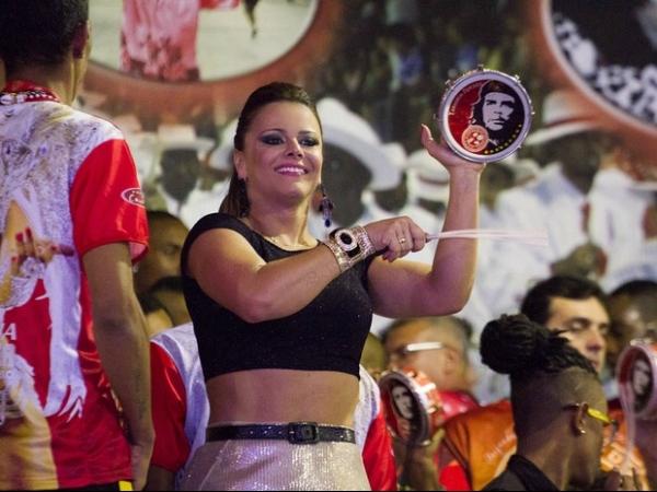 Vivi Araújo mostra cintura em ensaio e chama atenção em noitada de samba