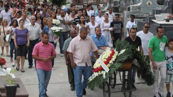 Corpo de estudante morta em van é enterrado: