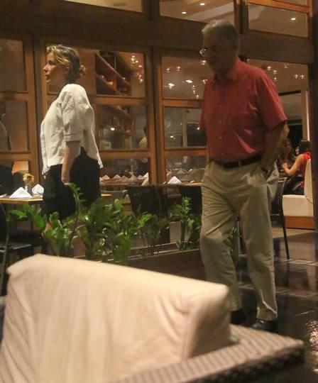 FHC e a namorada, Patrícia Scarlat, passeiam em shopping no Rio e ex-presidente promete ajudar cadeirante