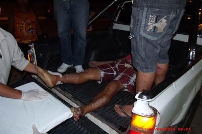 Jovem é morto a tiros por furar barreira e população incendeia veículos da polícia