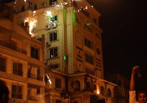 Manifestantes invadem sede da Irmandade Muçulmana no Cairo