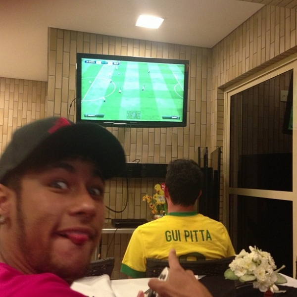 Bruna Marquezine engana de peruca e deixa fãs de Neymar irados com beijo