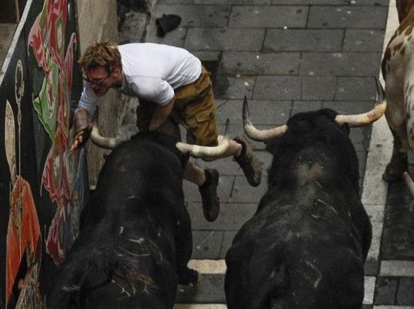 Veja momento em que jovem é atingido por touro em Festival
