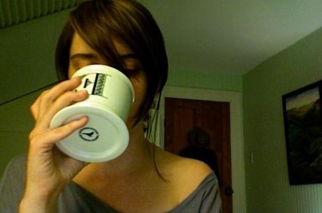 Empregada serve chá com urina para patroa beber