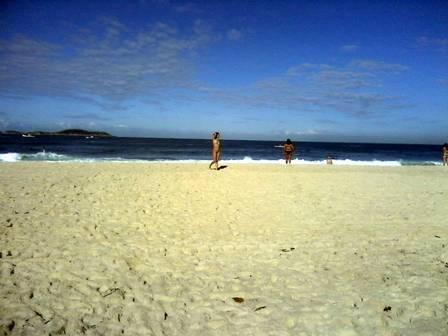 Mulher nada completamente nua na Praia de Ipanema