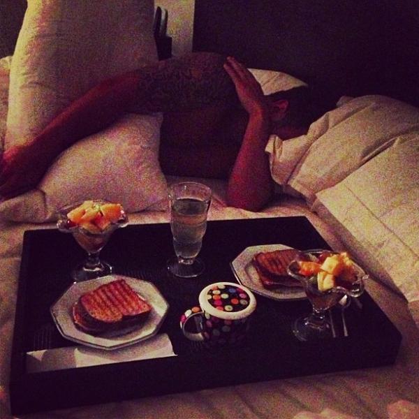 Romântico! Mayra Cardi acorda o marido com café na cama