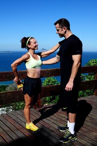 Saradíssima aos 45, Carla Marins exibe treino do marido que seca 500kcal/hora