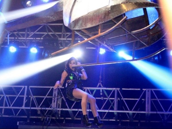 Com looks sexy, Anitta faz o quadradinho de quatro em show