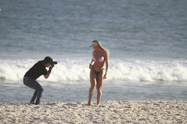 Ela está podendo! Juju Salimeni fotografa para ensaio em praia carioca e exibe o corpão