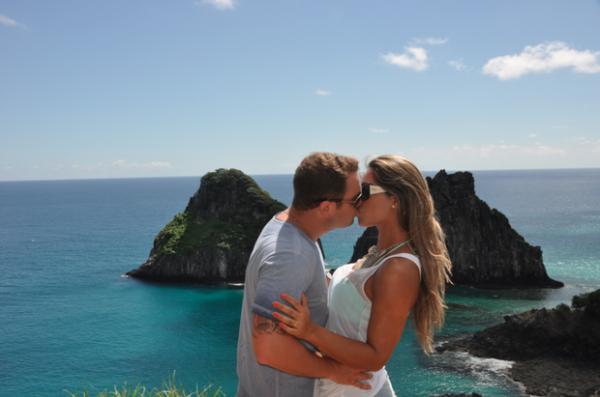 Mayra Cardi curte viagem romântica com marido e declara amor sob as águas de Noronha