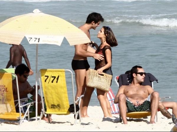 Pérola Faria troca beijos com namorado em dia de praia carioca