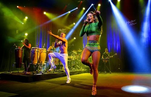 Claudia Leitte exibe pernas torneadas e barriga sarada em show na Suíça