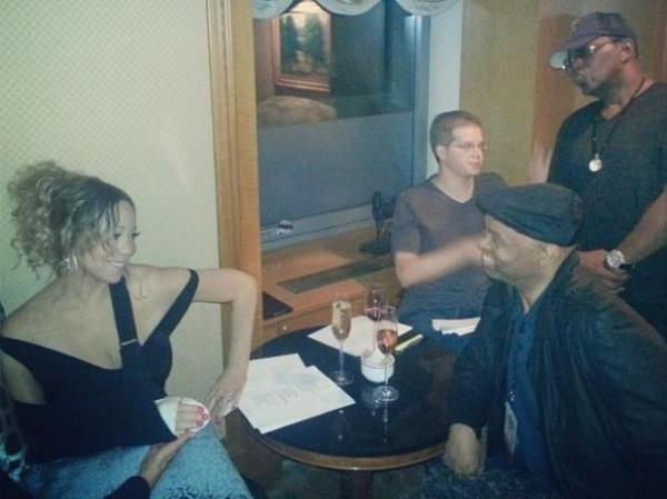 De tipóia, Mariah Carey posta foto durante reunião nos EUA