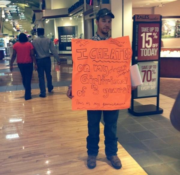 Namorado infiel é obrigado a segurar cartaz e coletar assinaturas nos EUA