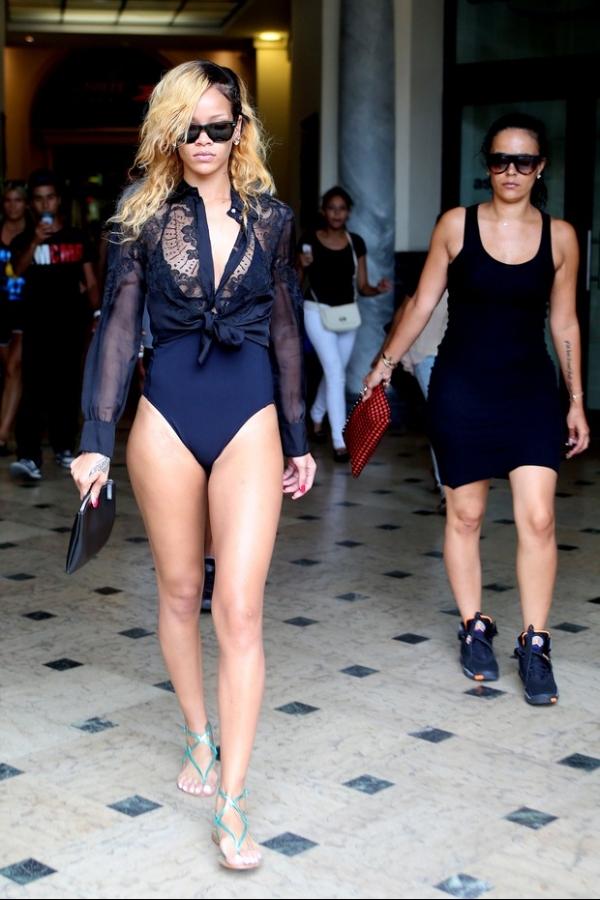 Ousada! Rihanna vai a shopping de Mônaco de maiô chamando atenção