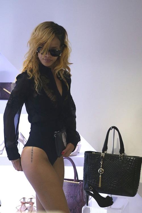 Ousada! Rihanna vai a shopping de Mônaco de maiô, na última sexta