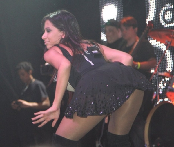 Anitta faz alegria de fã ao fazer dancinha sensual a seu lado em show